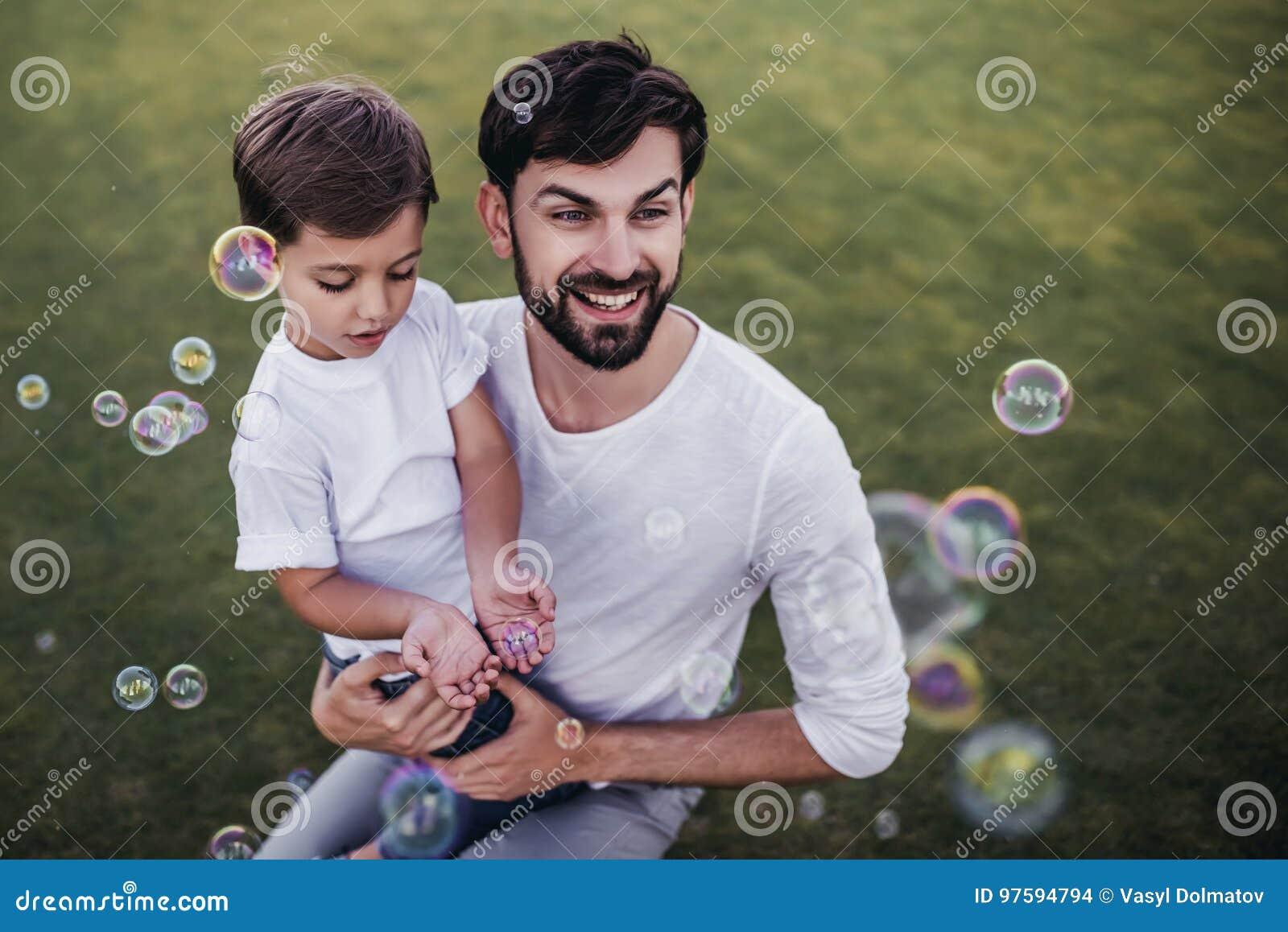 Vati und Sohn draußen