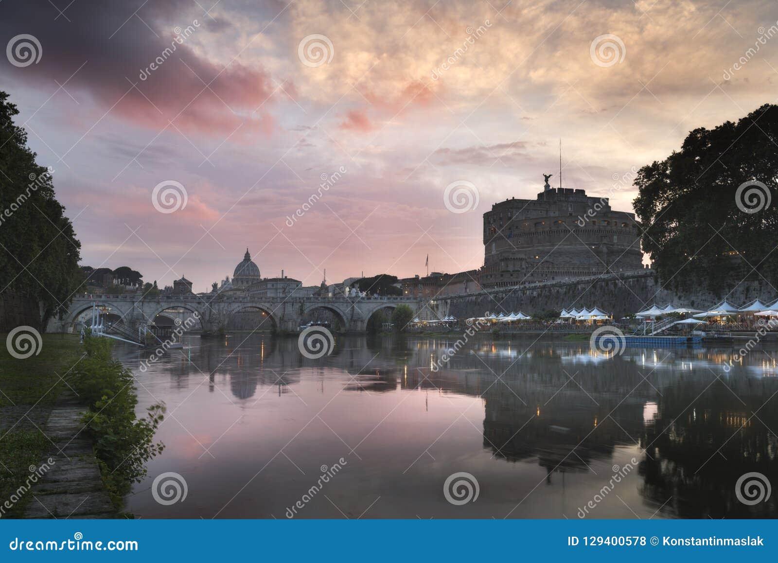 Vatican City Rome, Italien, härlig vibrerande nattbildpanorama av Sts Peter basilika