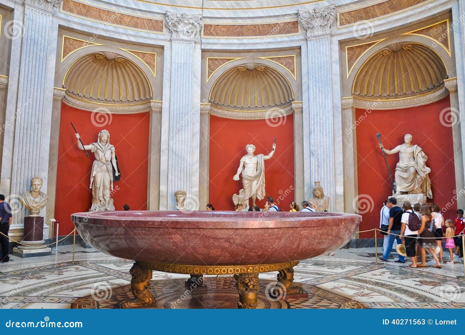 VATICANO 20 DE JULIO: Sala Rotonda con la escultura de bronce de Herculeson en julio 20,2010 en el museo del Vaticano, Roma, Itali