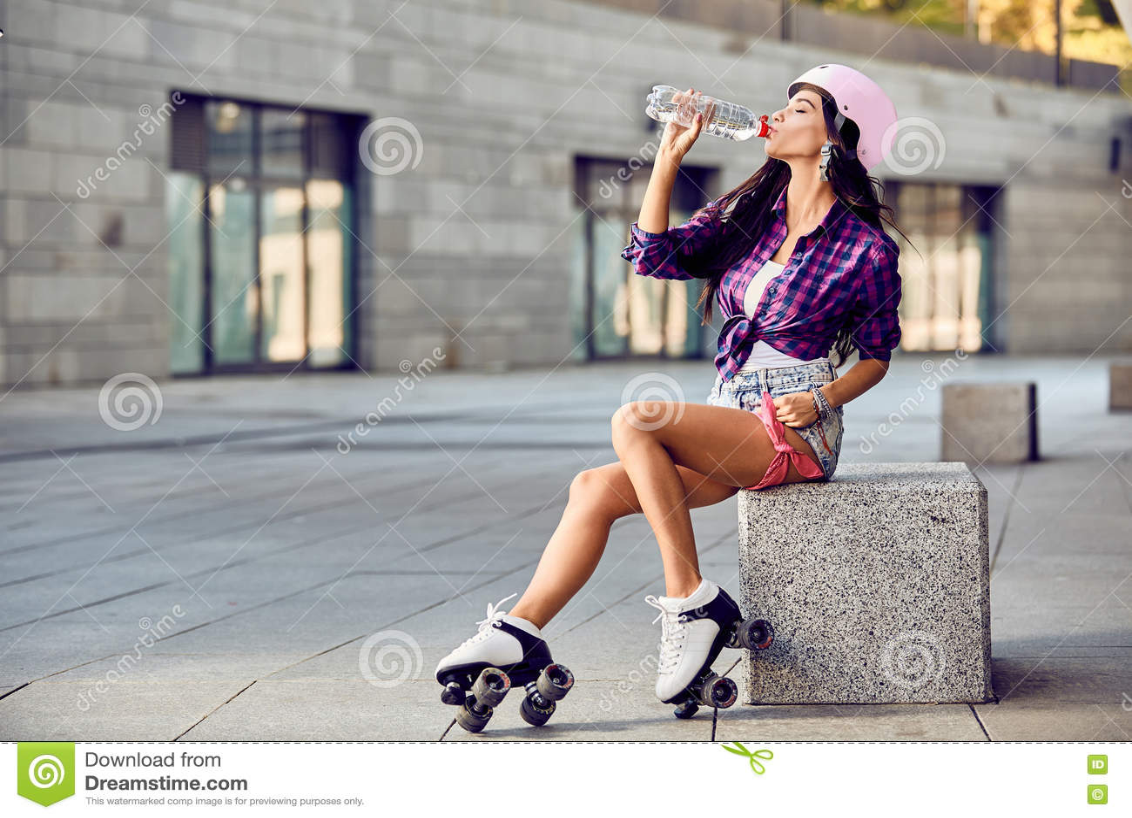 Vatten för Hipsterflickadrink och vila efter aktiv tid