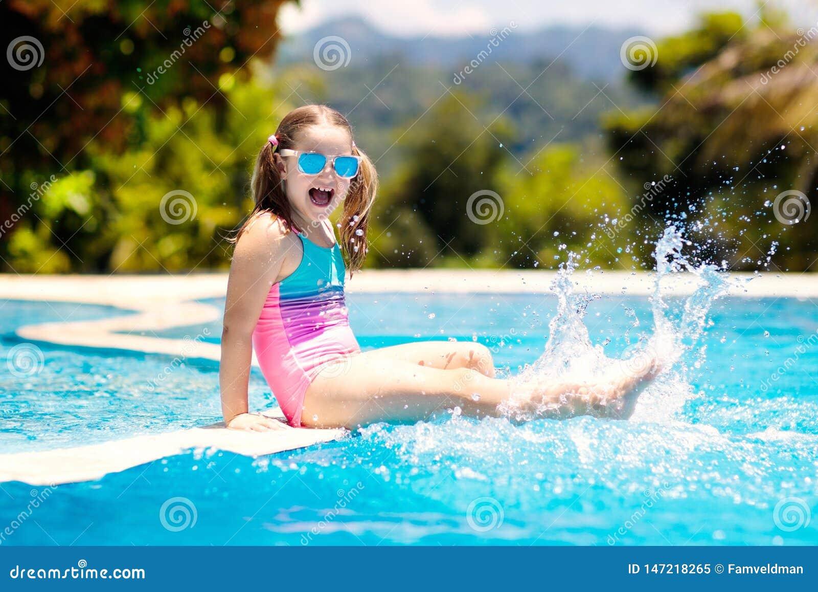 Vatten f?r simning f?r barnp?lsport Sommarsemester med ungar