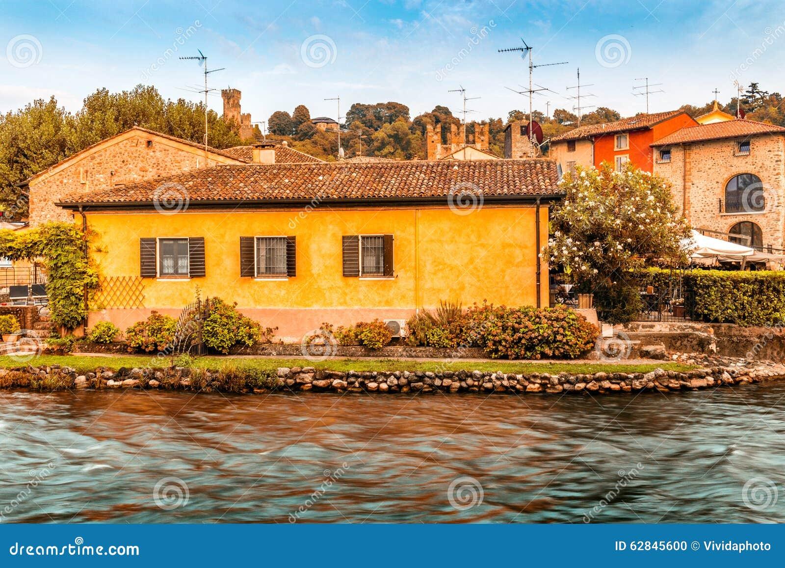 Vatten och forntida byggnader av den italienska medeltida byn