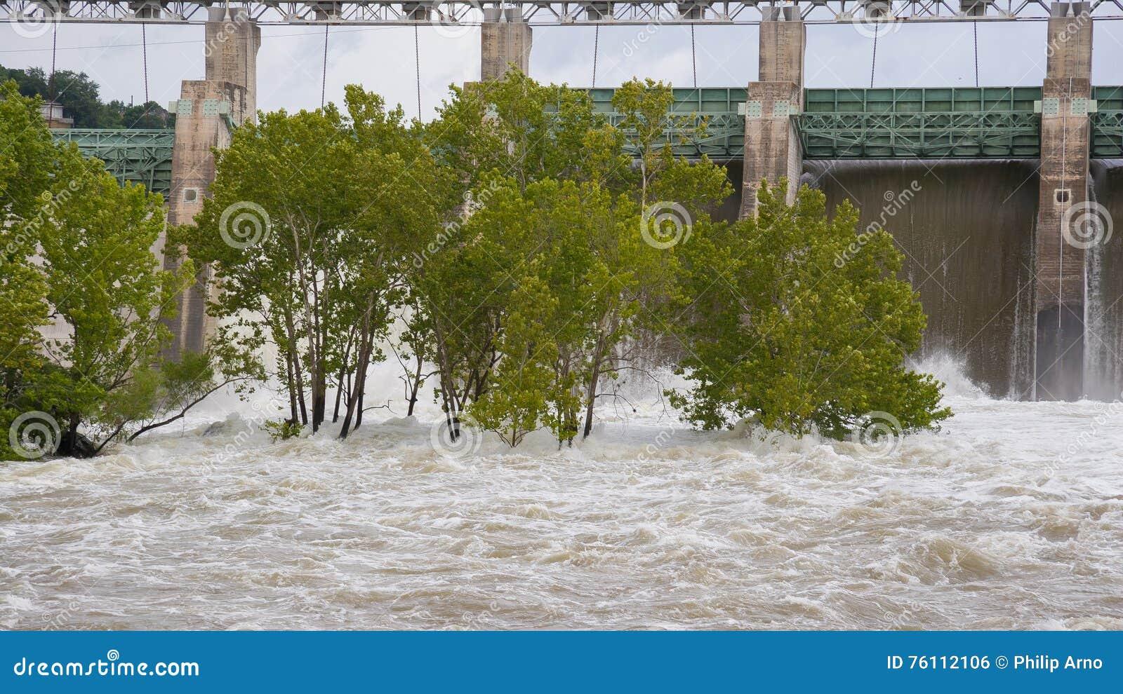 Vatten som spiller över öppna flodportar
