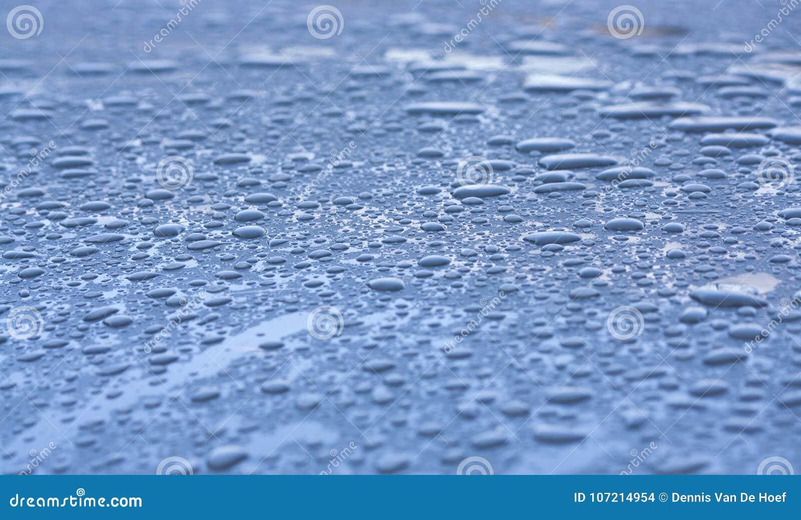 Vatten tappar på taket av en bil