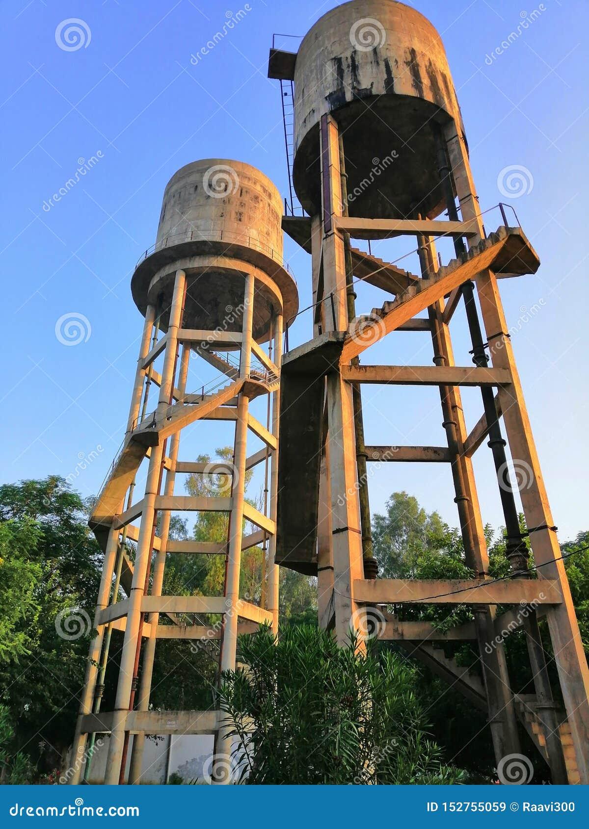 Vattenbehållare i en by av indiern Punjab Bathinda