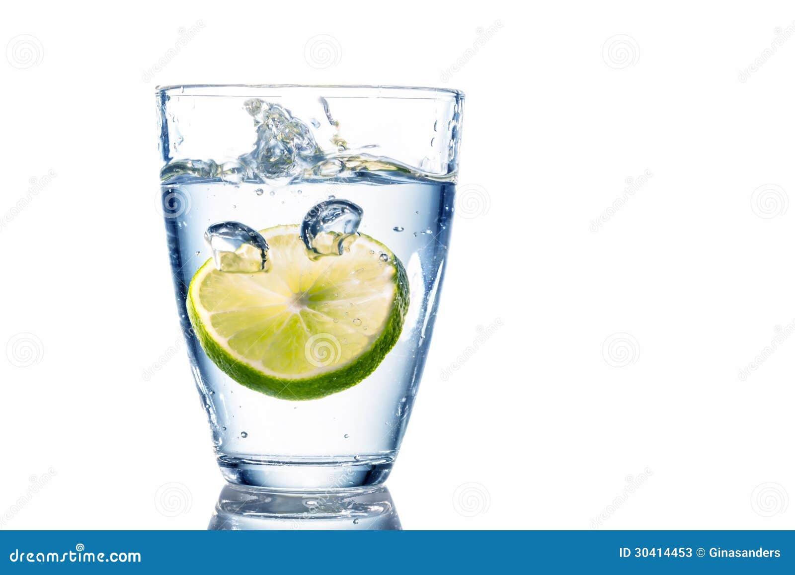 Vattenexponeringsglas och limefrukt