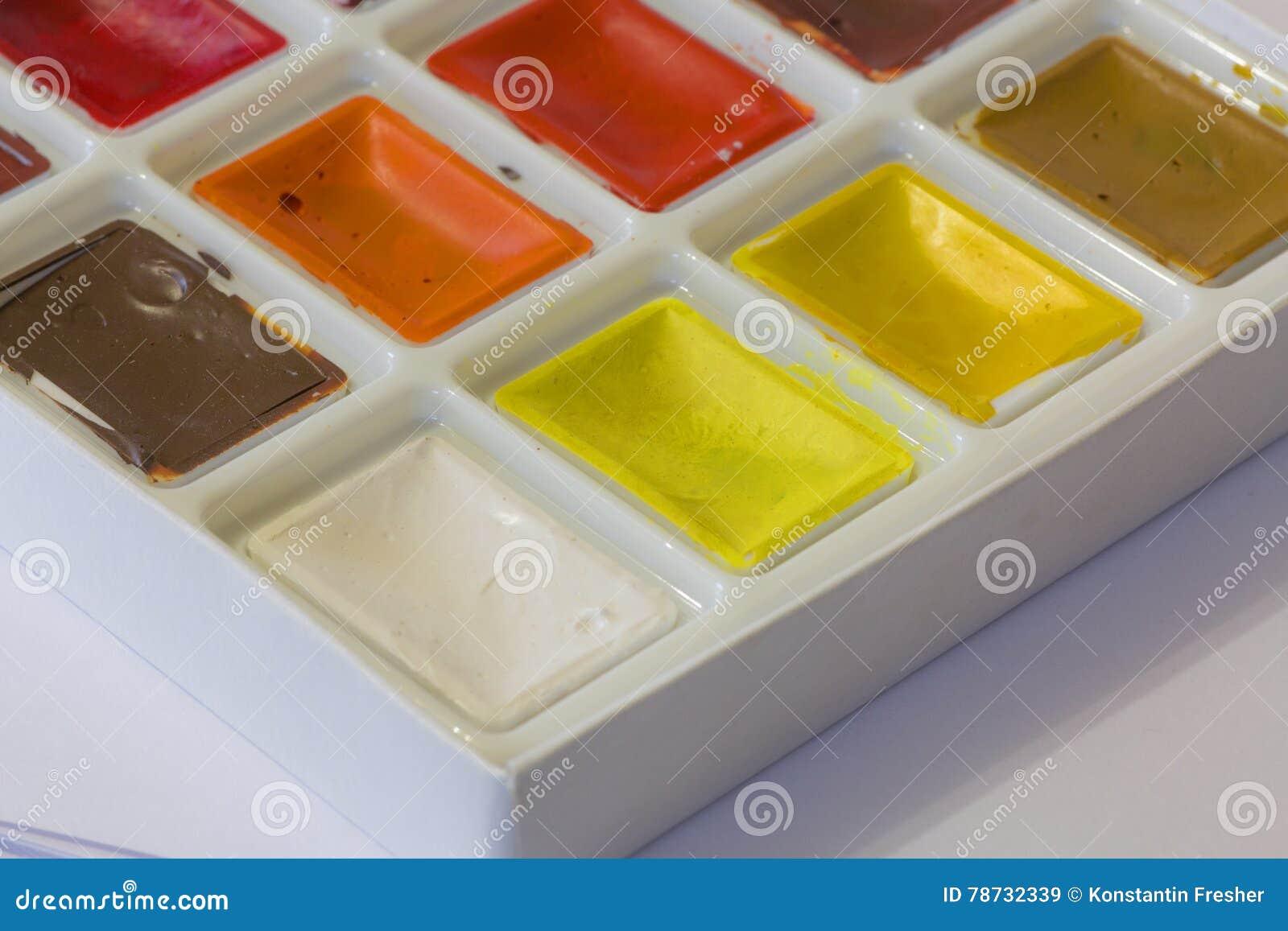 Vattenfärger i asken på en vit bakgrund