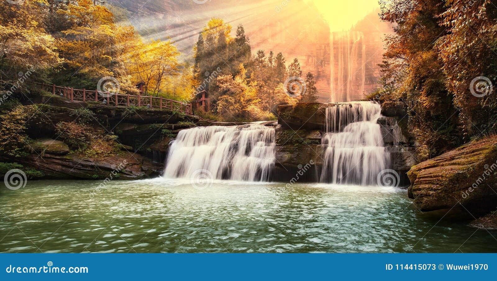 Vattenfall i berg på Chongqing