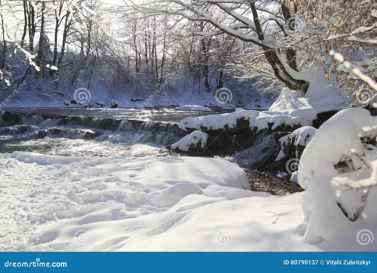 Vattenfall i vinterskog