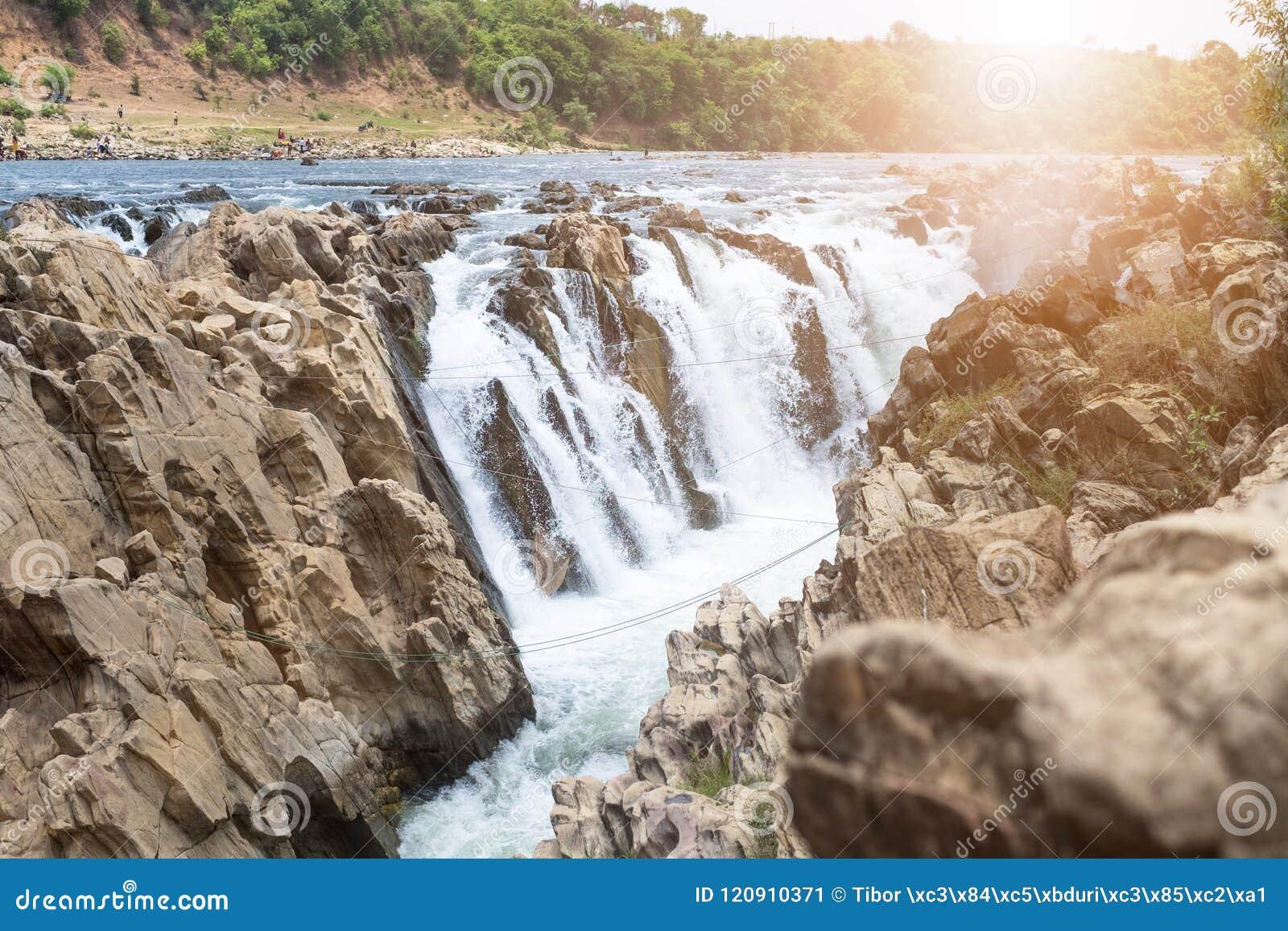 Vattenfall nära staden Jabalpur, Indien Härligt landskap på en flod med vattenfall