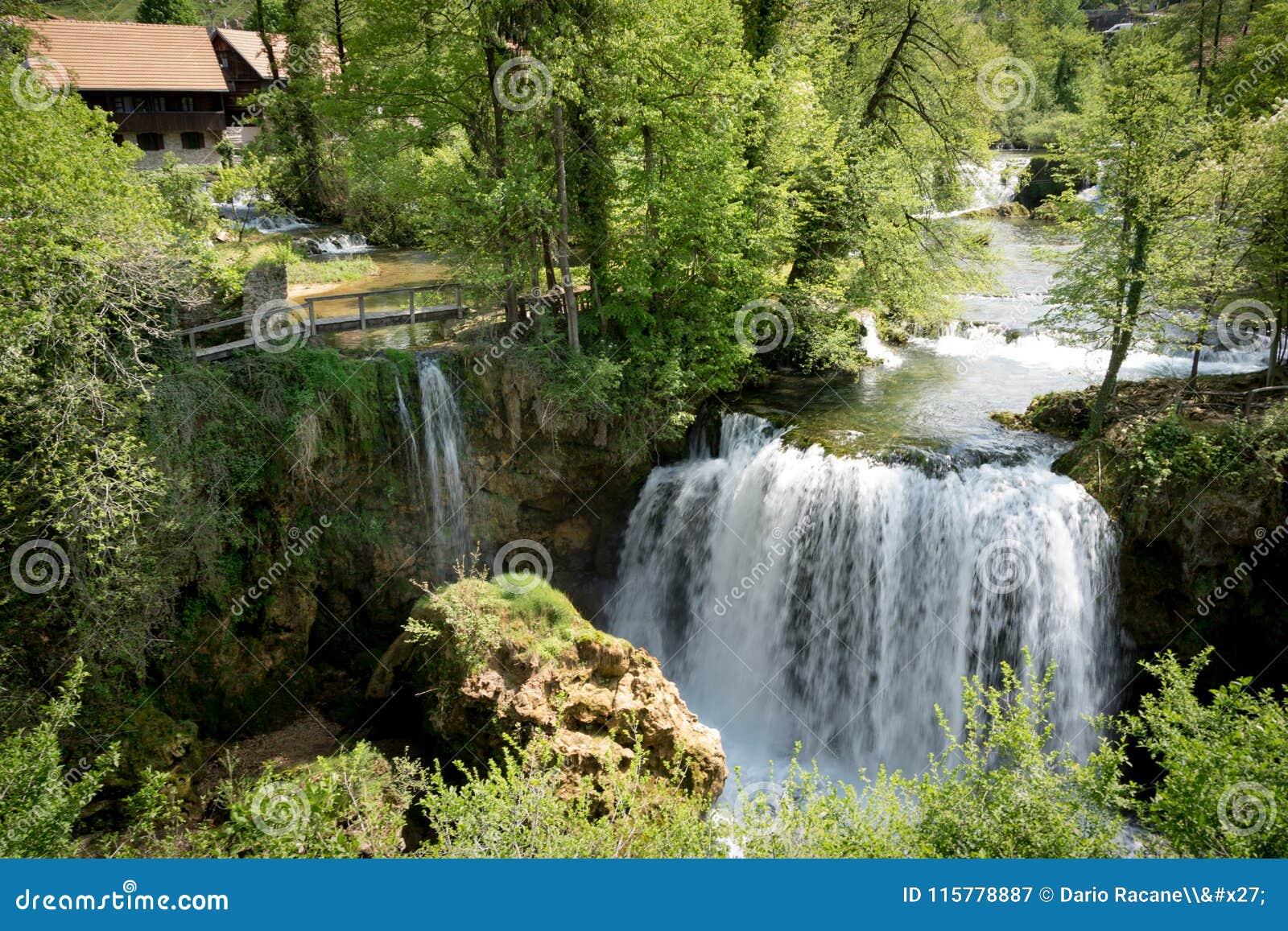 Vattenfall på den Korana floden i by av Rastoke Nära Slunj i Kroatien