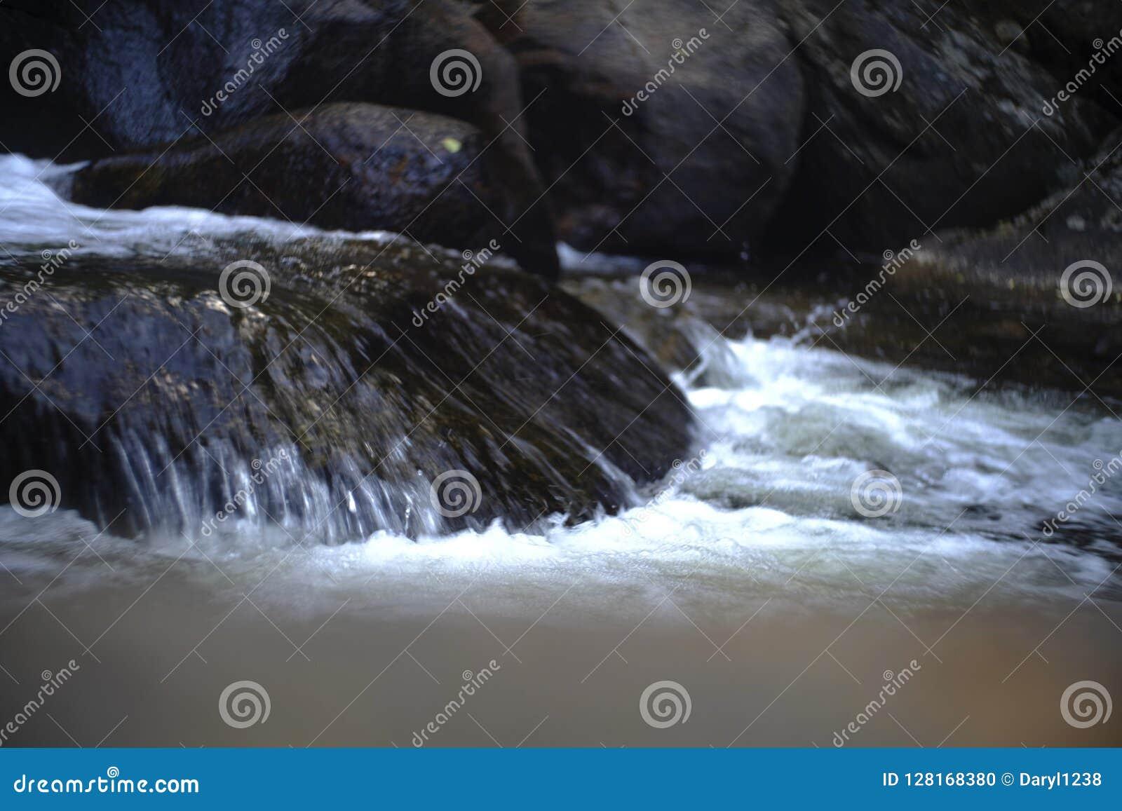 Vattenfallet över halt vaggar att skina