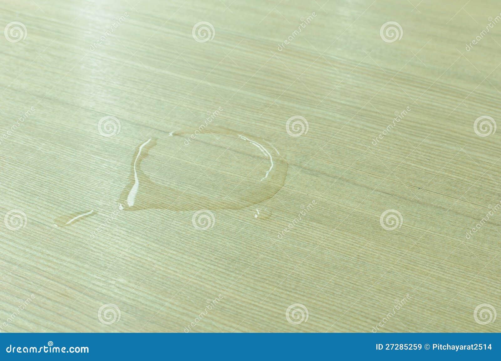 Vattenfläckar på den wood tabellen