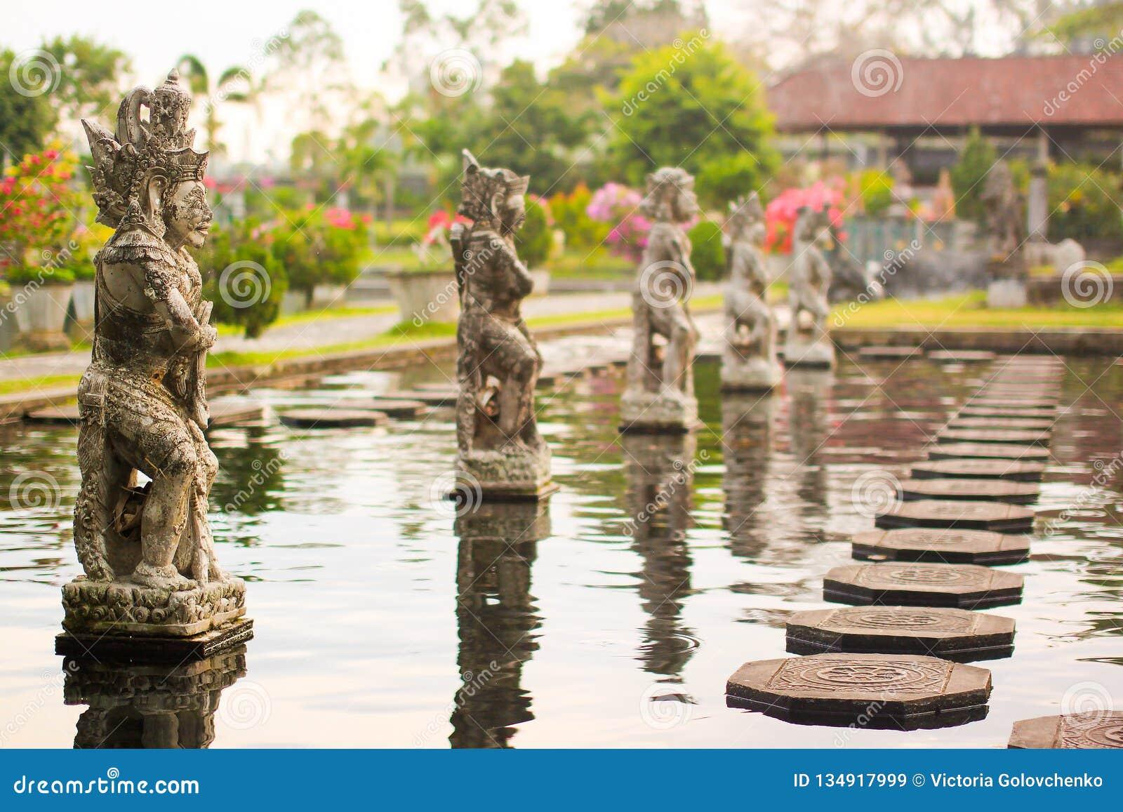 Vattenslott av Tirta Gangga i östliga Bali, Karangasem, Indonesien