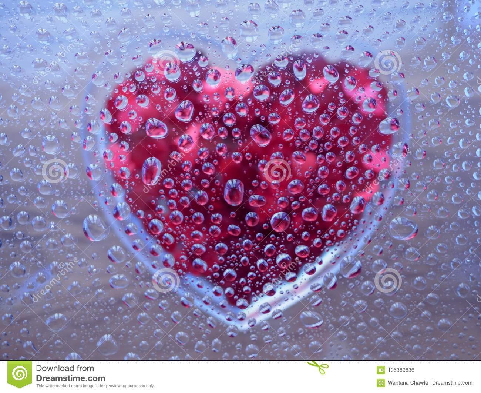 Vattensmå droppar med hjärta under