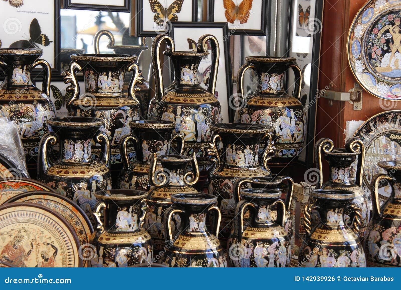 Vazen in oude Griekse stijl voor verkoop op vertoning