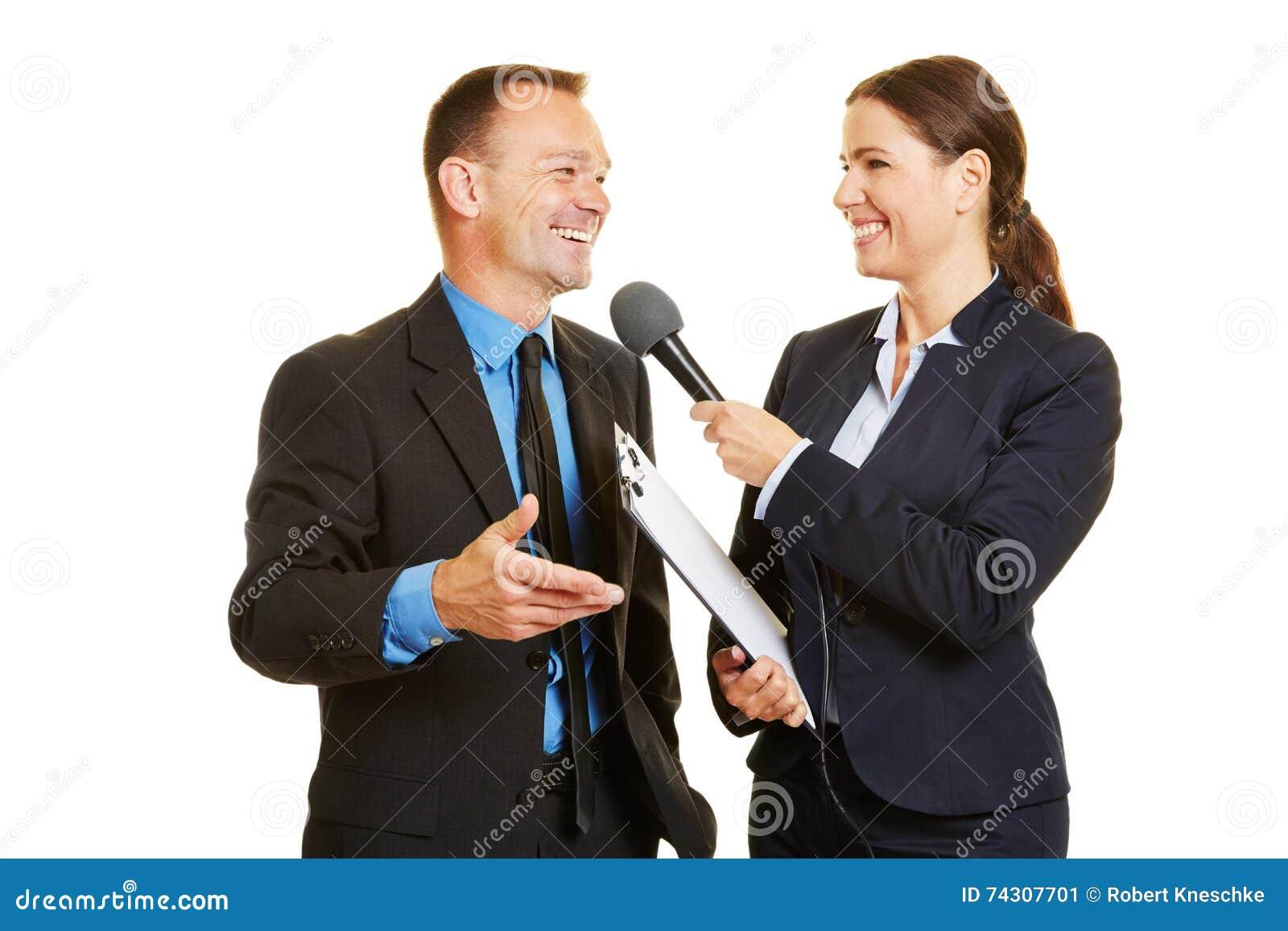Vd av affärsföretaget som ger intervju till massmedia