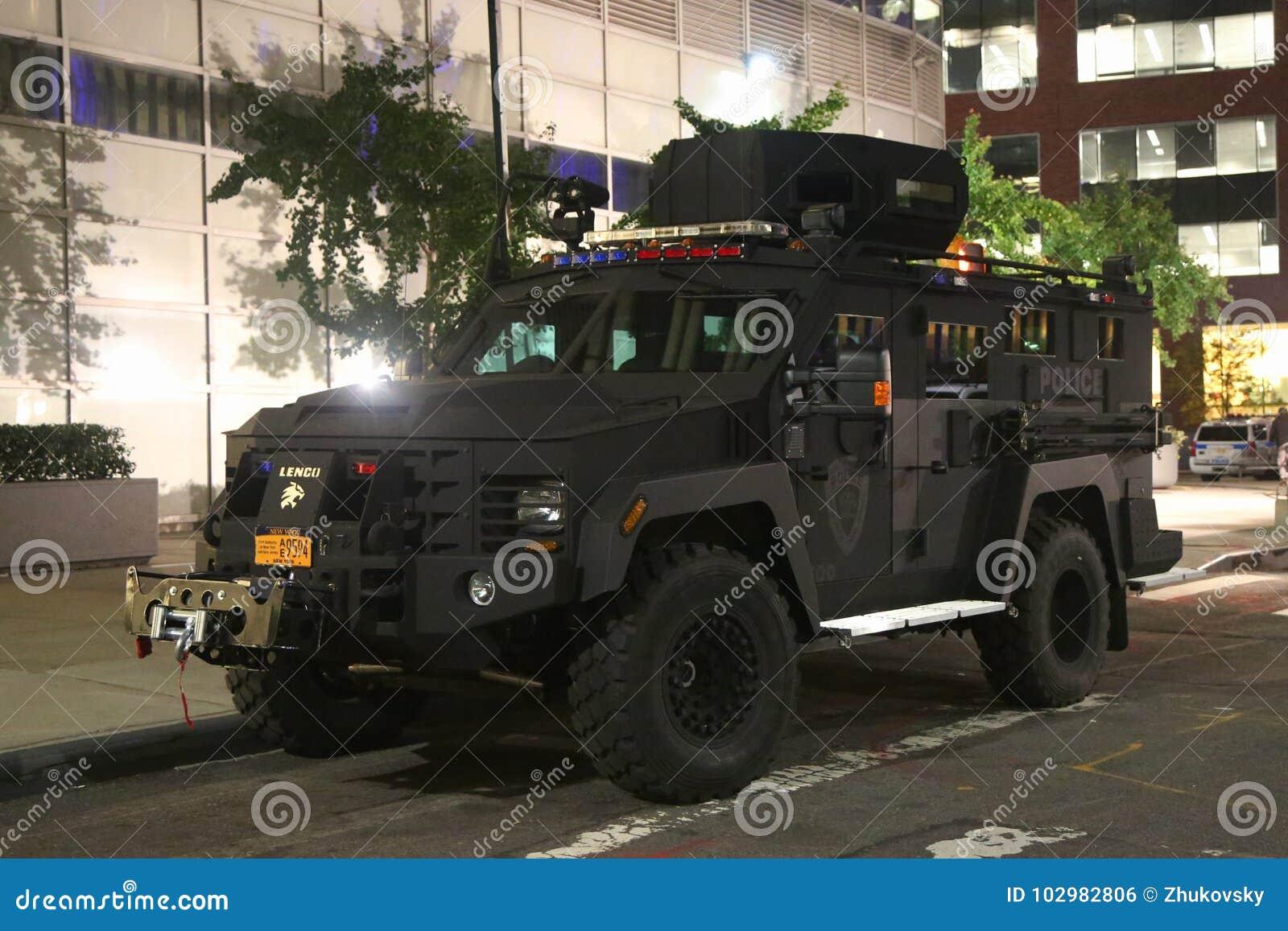Veículo blindado da polícia da autoridade portuária perto da cena do crime do ataque de terror em mais baixo Manhattan em New Yor