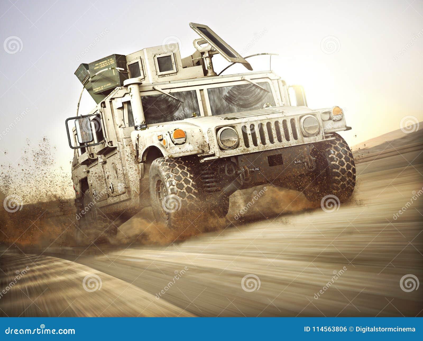 Veículo blindado militar que move-se em uma relação de velocidade alta com borrão de movimento sobre a areia genérico