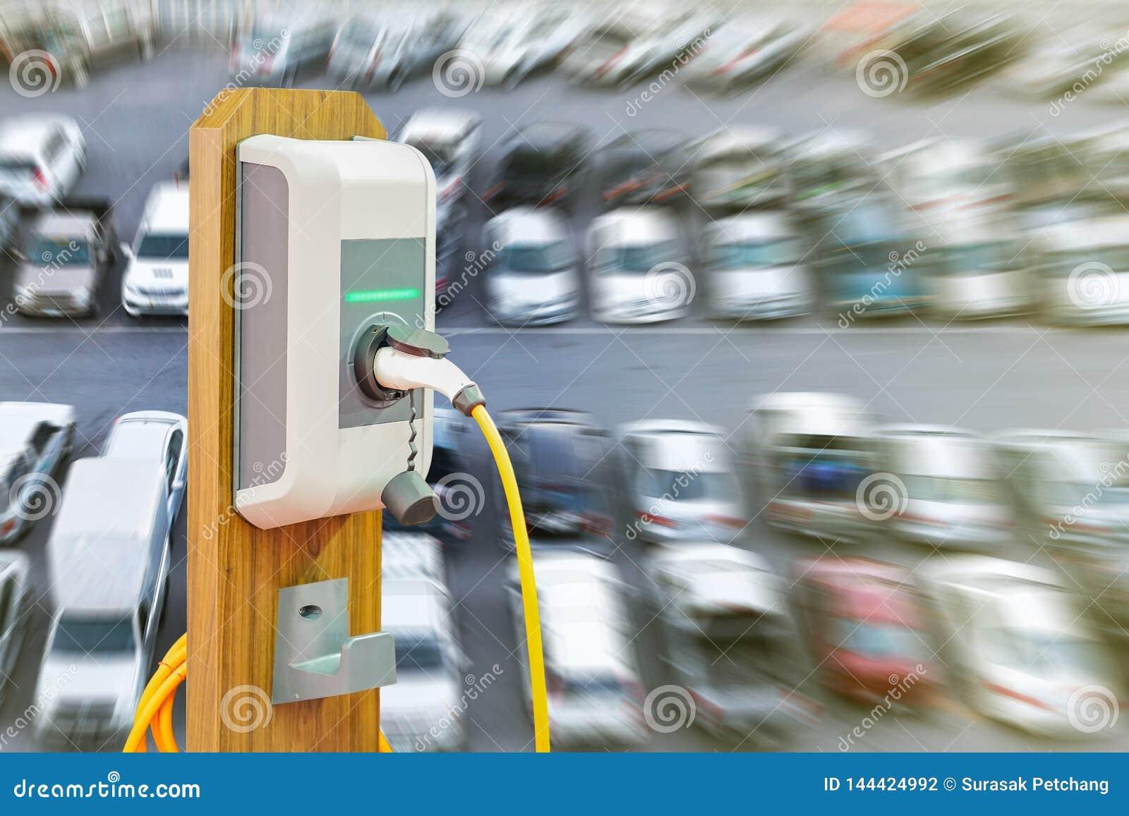 Veículo elétrico que carrega a estação de Ev com a tomada da fonte do cabo distribuidor de corrente para o carro de Ev em muitos
