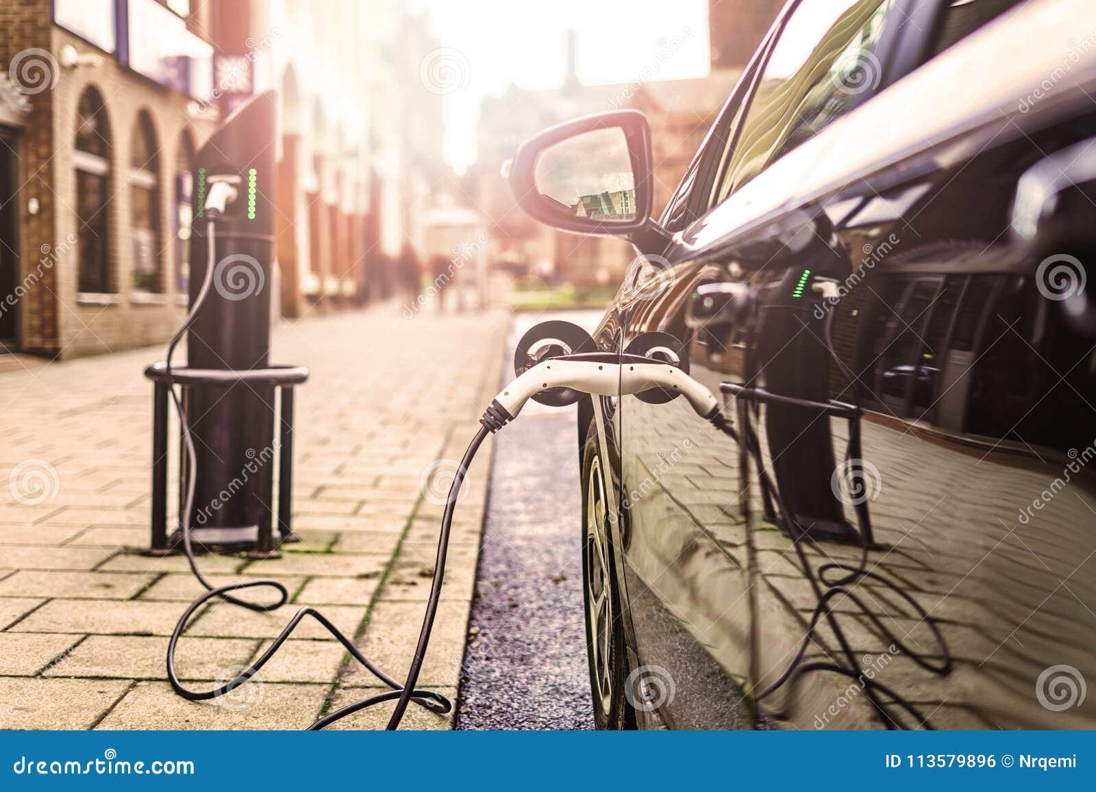 Veículo elétrico que carrega na rua, no Reino Unido