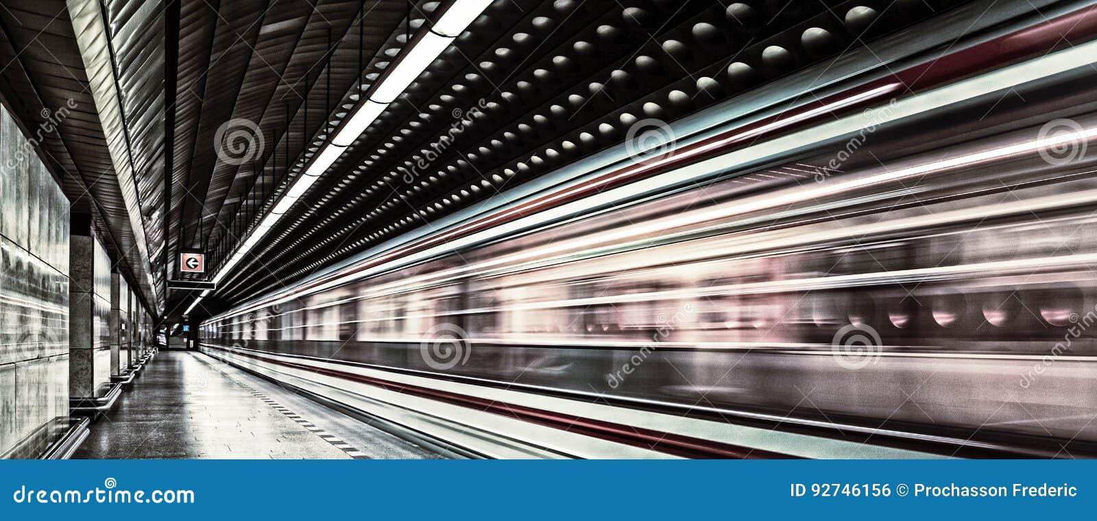 Veículo europeu do trânsito do metro no movimento