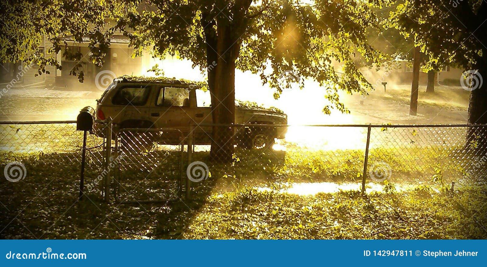 Veículo no lado da estrada após a tempestade da saraiva