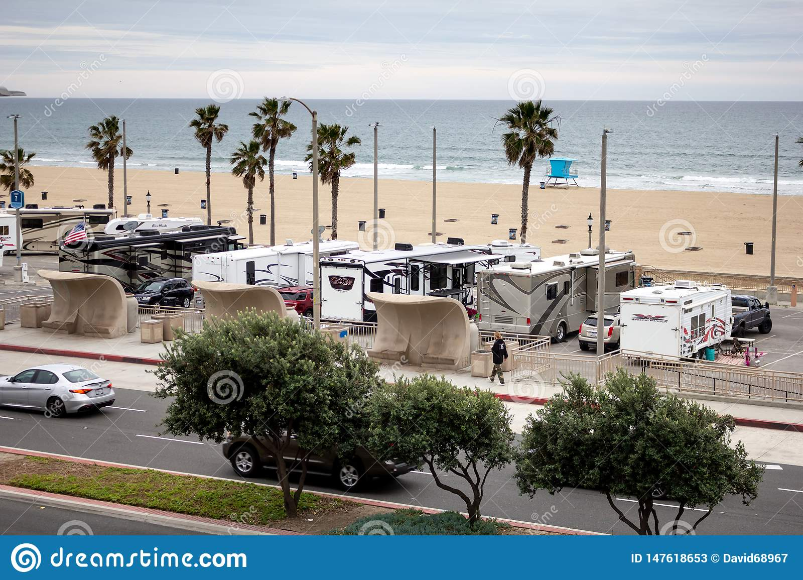 Ve?culos do rv em um parque de estacionamento da praia