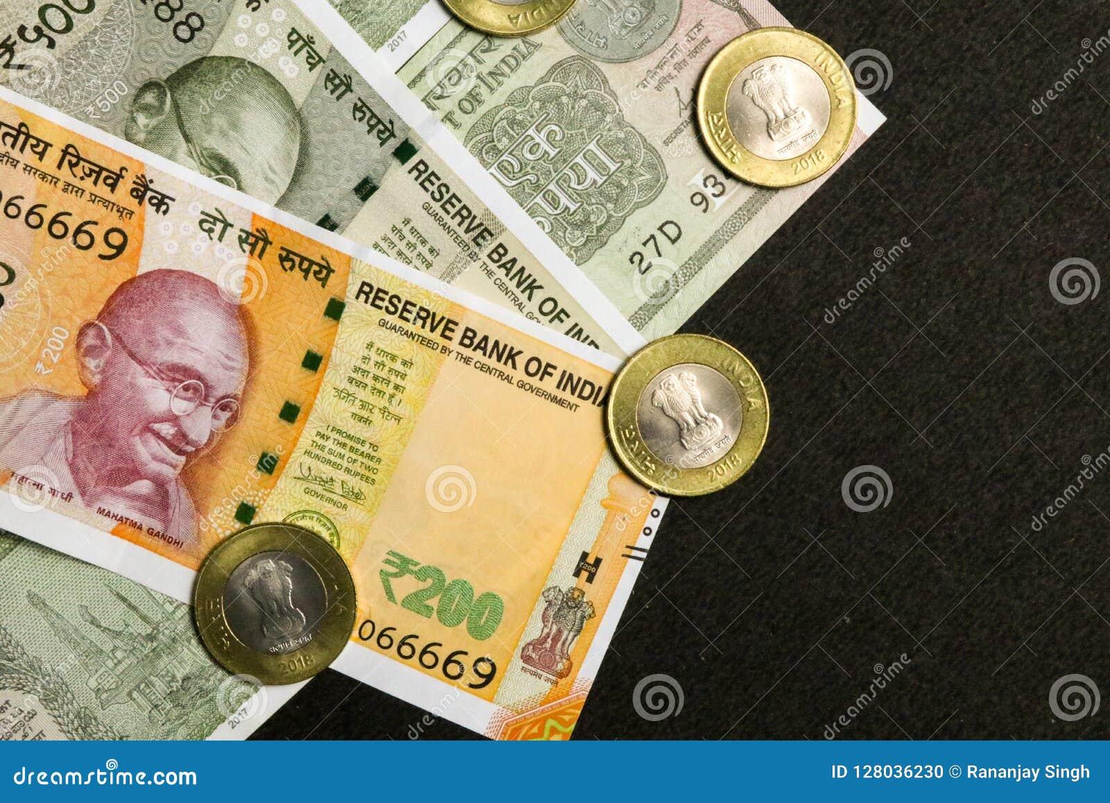 Vea 200, 500 y una las rupias indias de la moneda, de la nota con las monedas en fondo negro