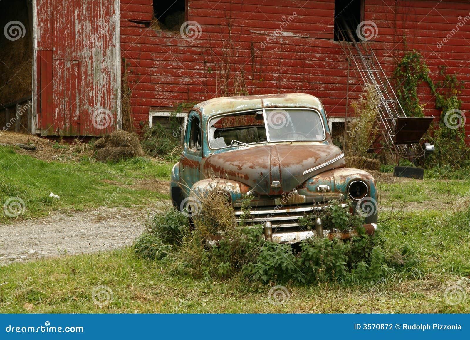 Vecchi automobile & granaio arrugginiti
