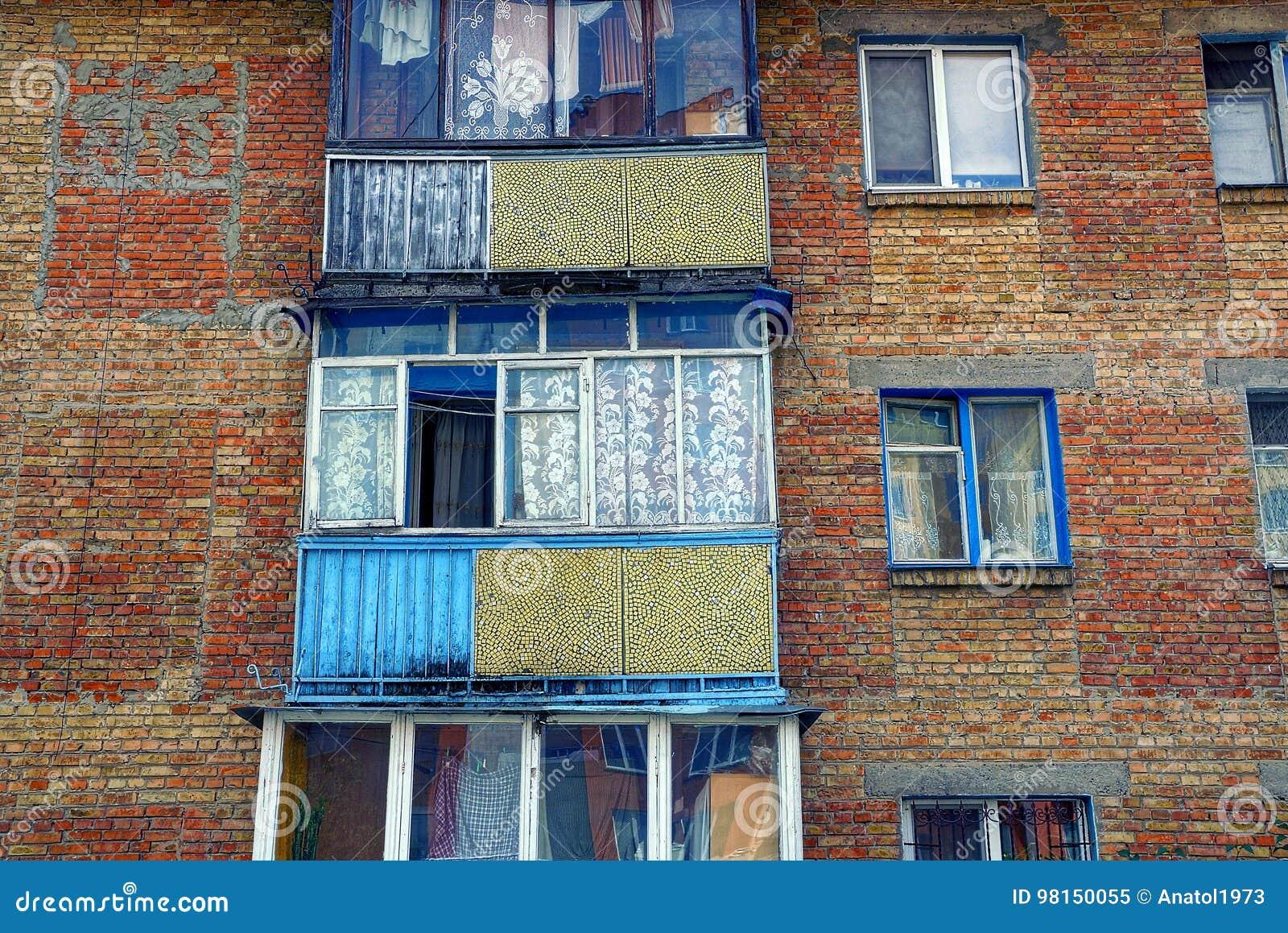 Vecchi balconi con le finestre sul muro di mattoni della - Disegnare sul muro di casa ...