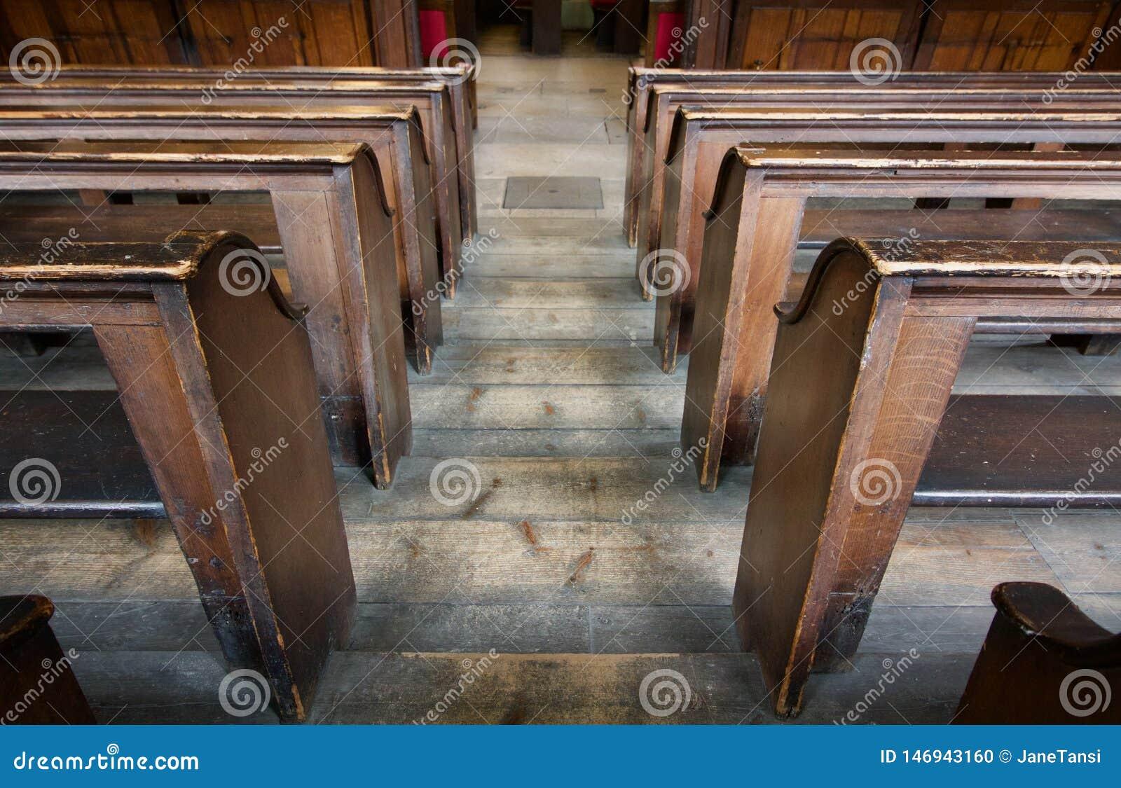Vecchi banchi di chiesa a file di legno della chiesa da sopra - l immagine