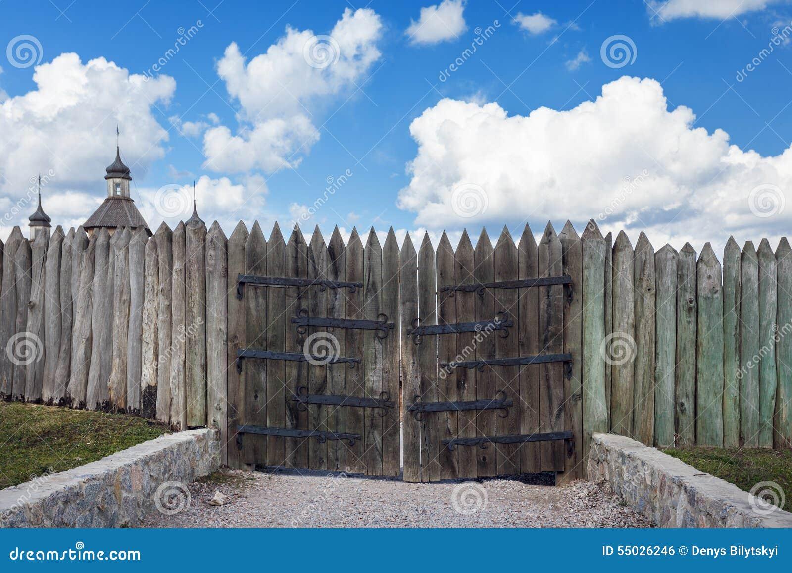Cancelli Di Legno Prezzi : Vecchi cancelli di legno struttura di legno fondo per