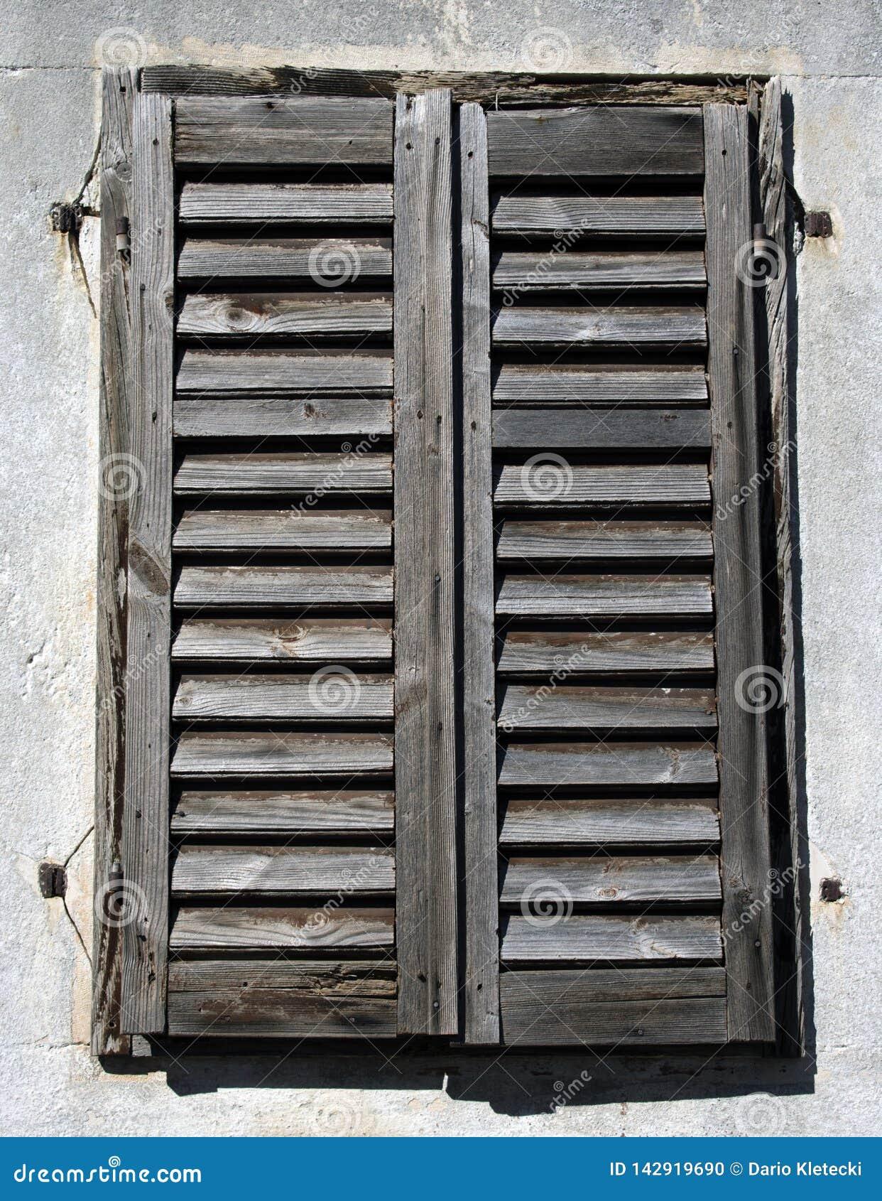 Vecchi ciechi di legno rustici