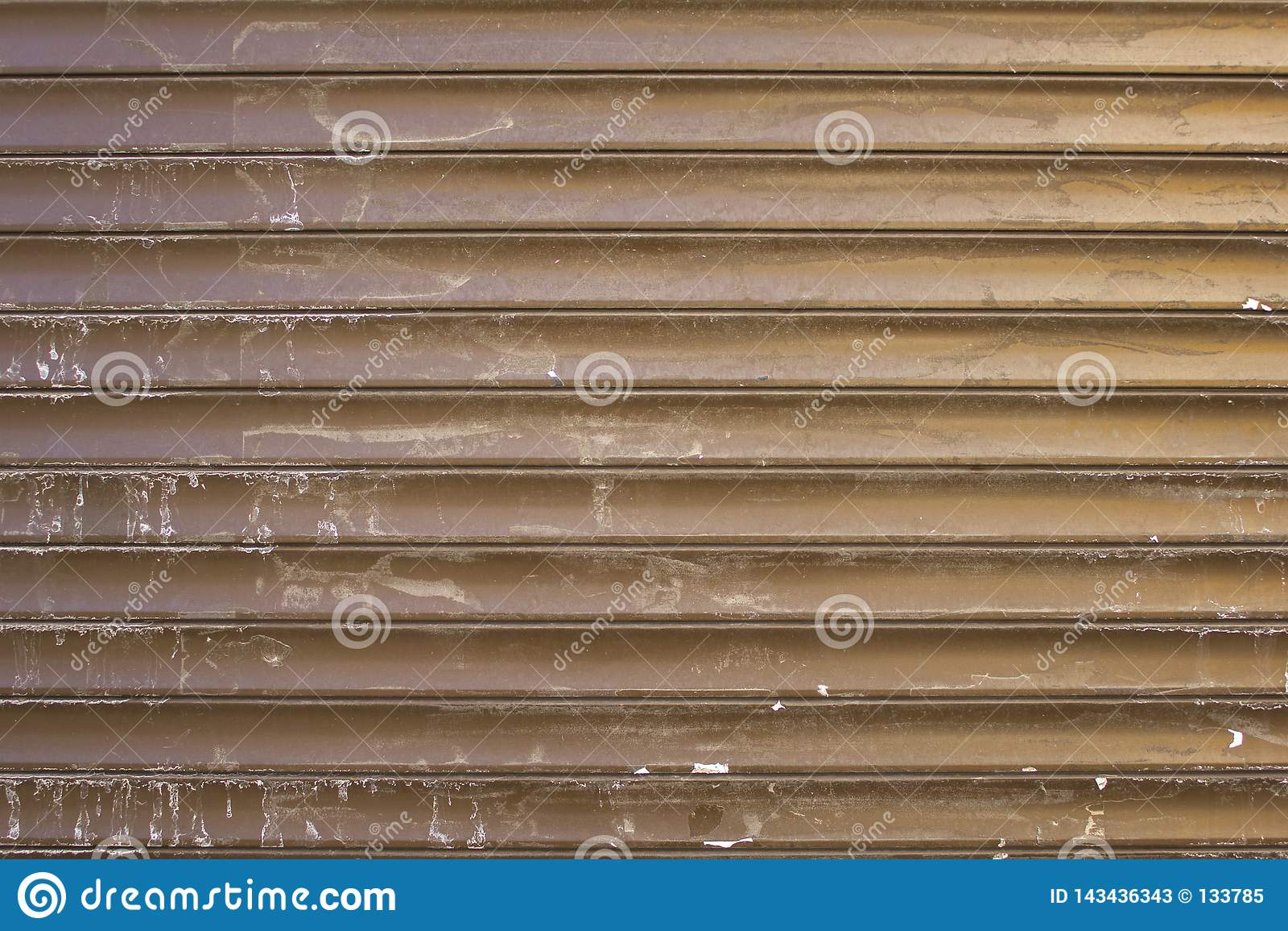 Vecchi ciechi metallici grigi gialli marroni sporchi con i punti bianchi di pittura Linee orizzontali Struttura della superficie