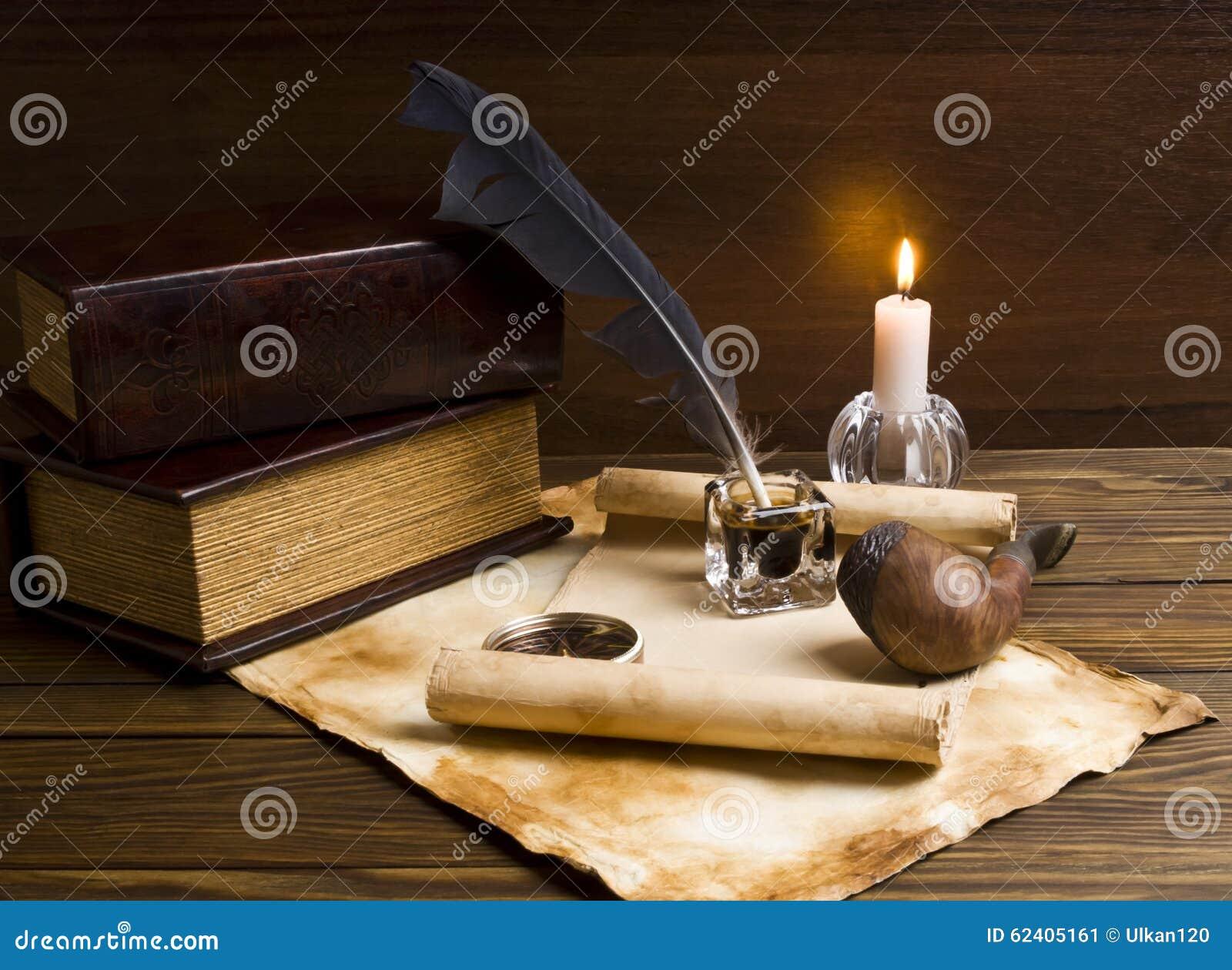 Vecchi documenti e libri su una tabella di legno