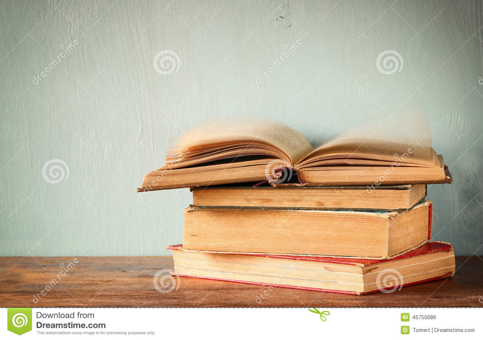 Vecchi libri su una tavola di legno retro immagine filtrata