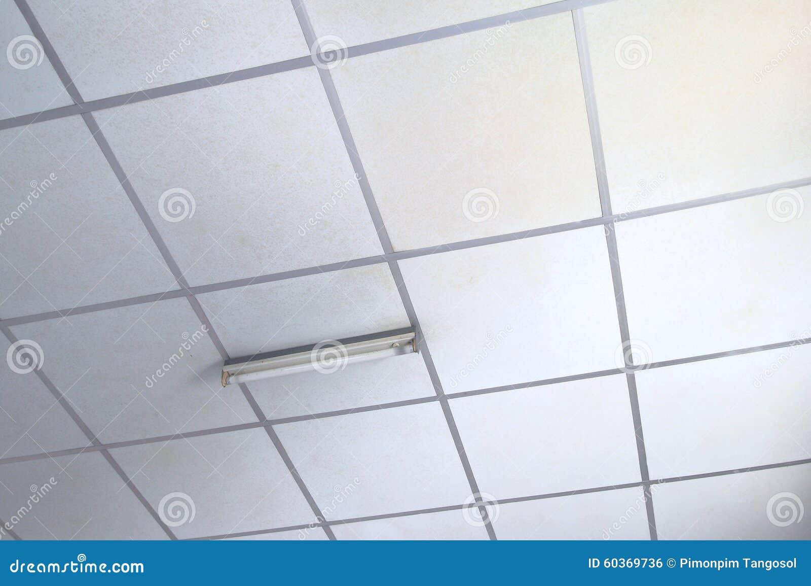 Vecchi pannelli bianchi per il controsoffitto fotografia stock