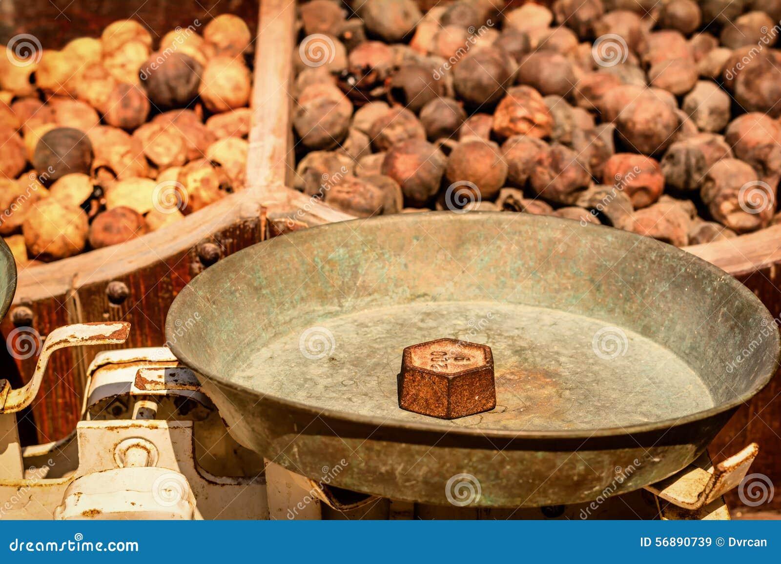 Vecchi pesi del ferro del mercato sulla scala, Dubai