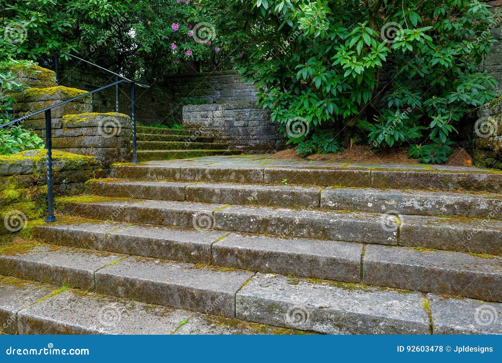 Vecchi punti di pietra della scala nel giardino di rinascita