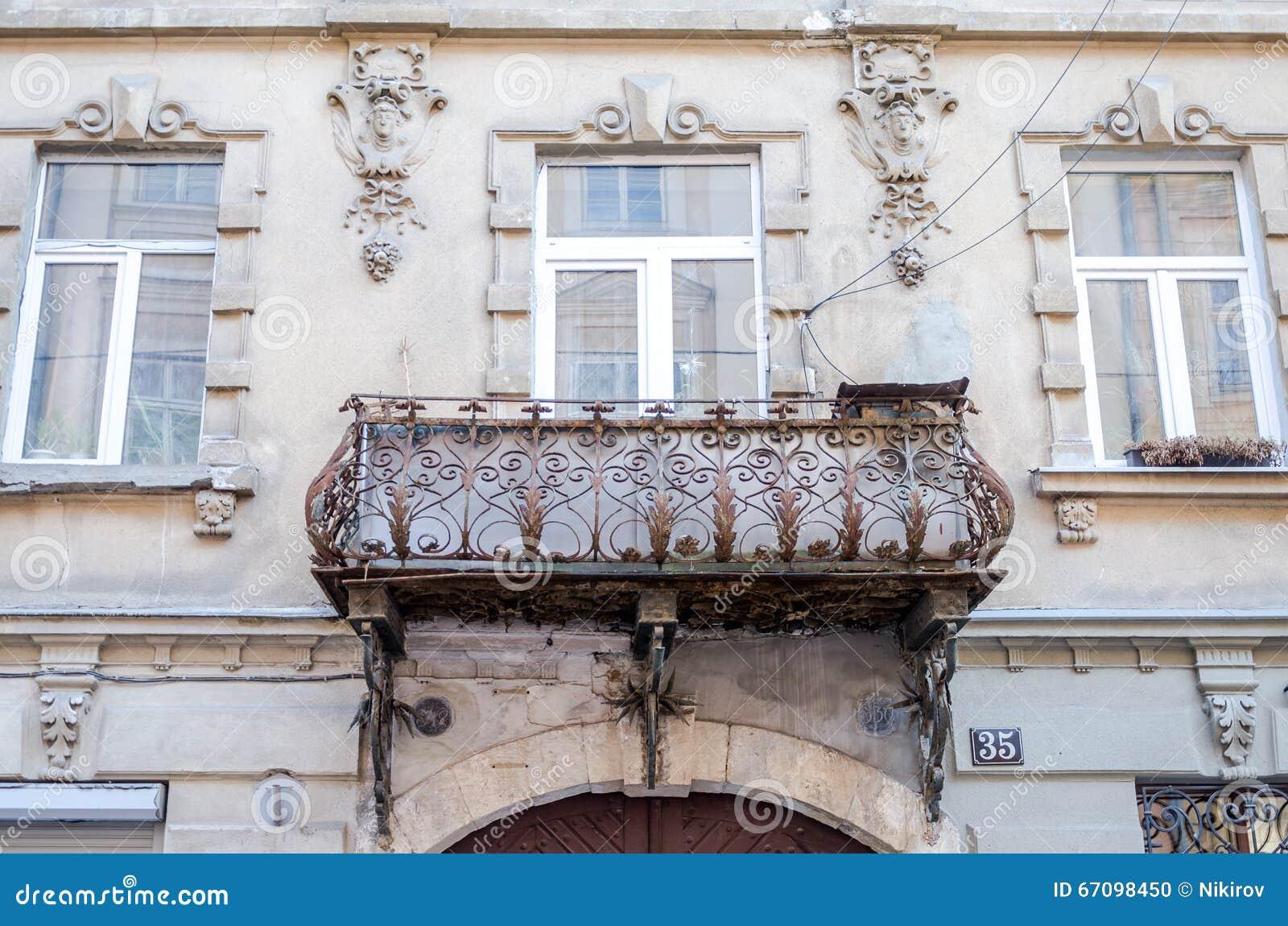 Balconi con le barre di ferro battuto con gli ornamenti fotografia ...