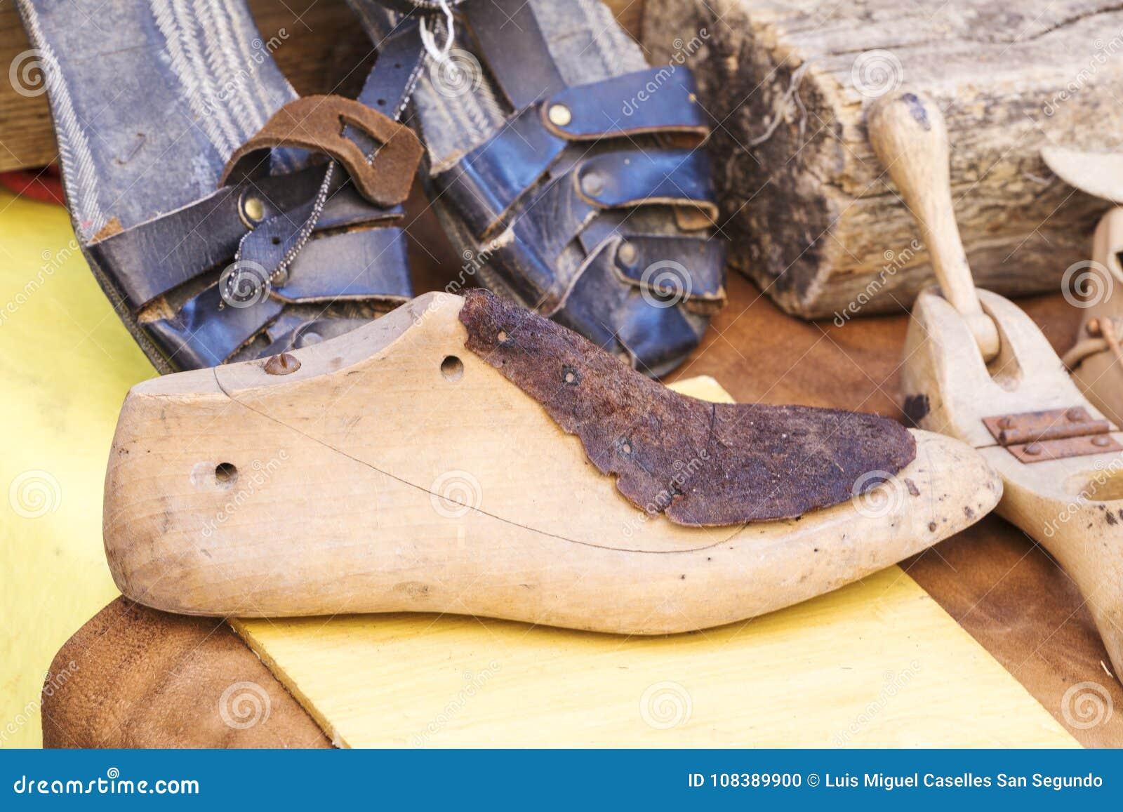 Strumenti Per Lavorare Il Legno : Vecchi strumenti di legno per lavorare le calzature fotografia stock