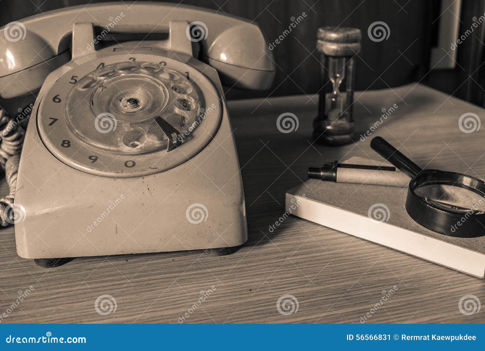 Vecchi telefono e cancelleria
