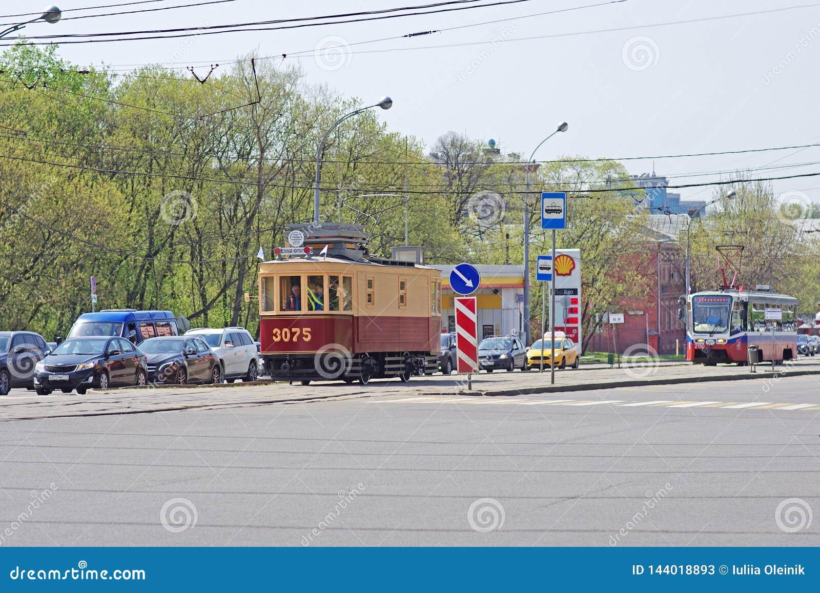 Vecchi tram ristabiliti e nuovi nel traffico cittadino moderno a Mosca