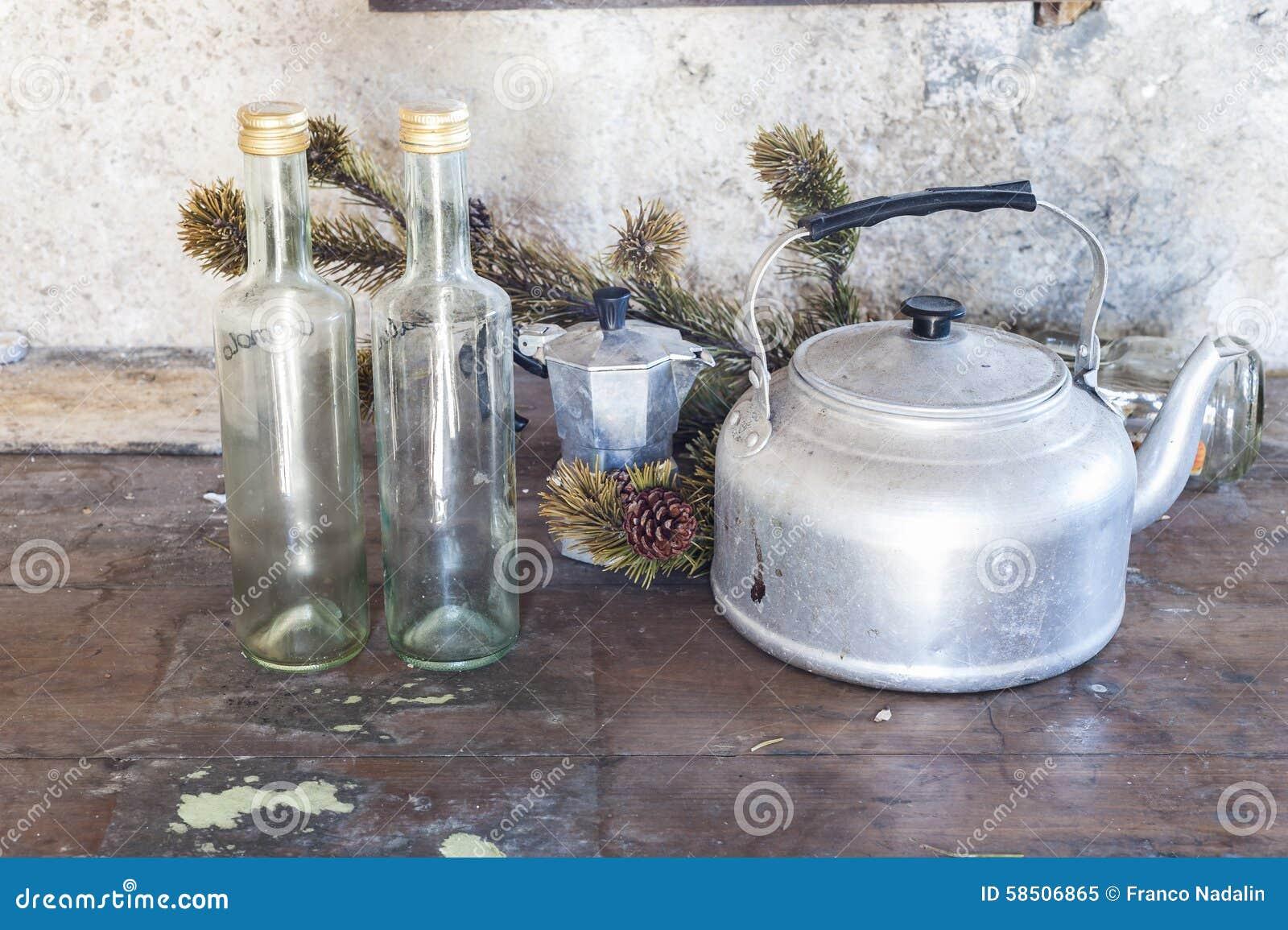 Vecchi Utensili Della Cucina In Alluminio Immagine Stock ...