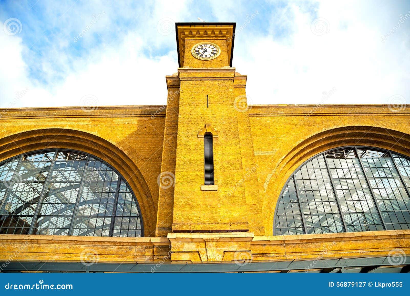Vecchia architettura in finestre e muro di mattoni
