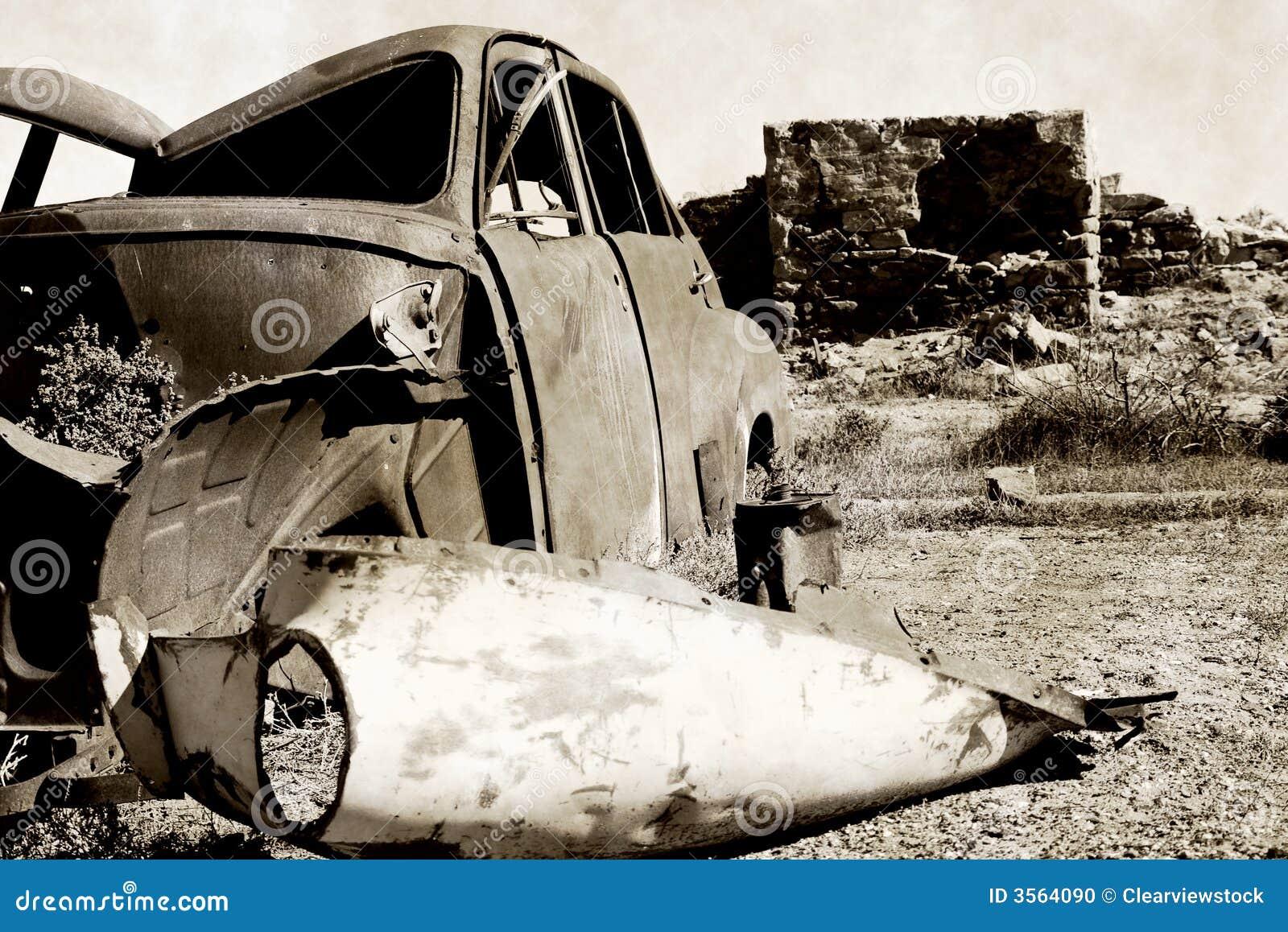 Vecchia automobile arrugginita e rovine