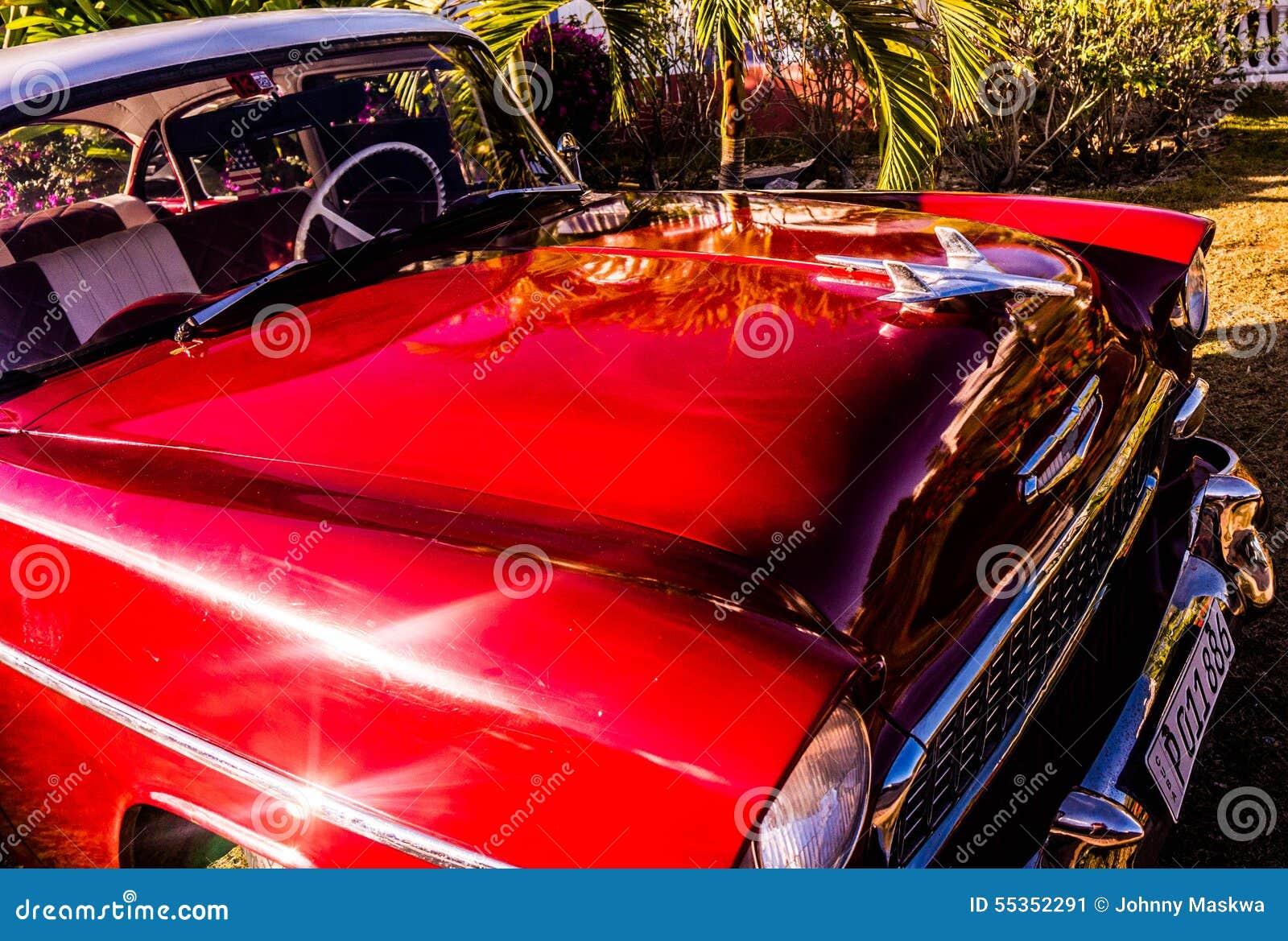 Vecchia automobile rossa