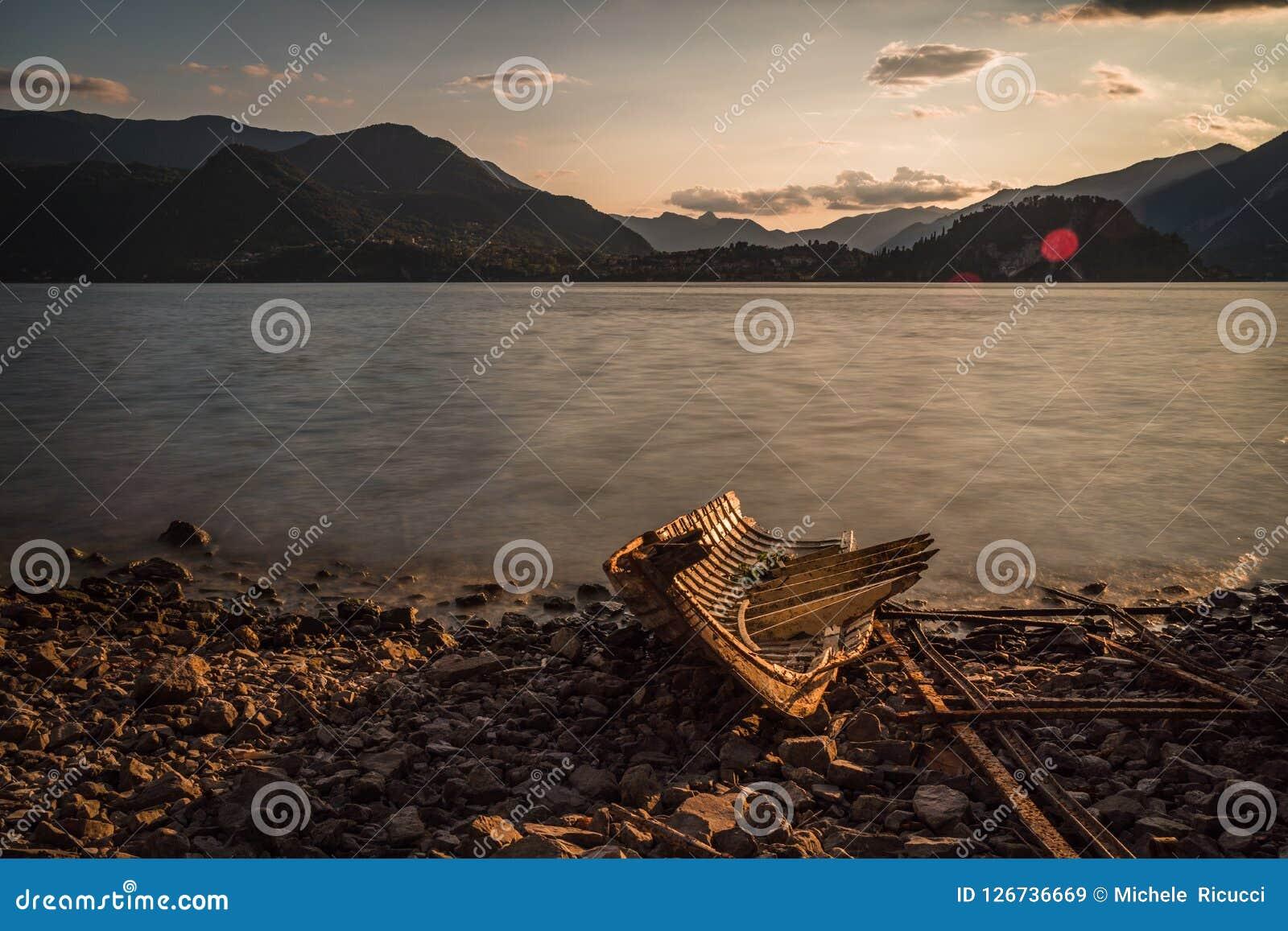 Vecchia barca isolata distrutta