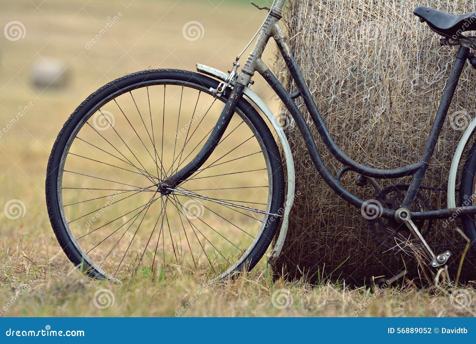 Vecchia bicicletta con la balla di fieno con retro effetto